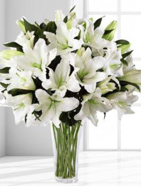 Buchet de flori din crini albi