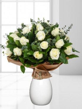 Buchet de 19 trandafiri albi cu eucalipt