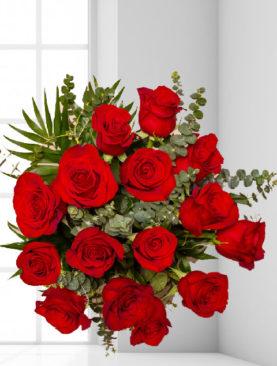 Buchet de 15 trandafiri rosii cu eucalipt