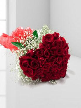 Buchet de 37 trandafiri rosii cu gypsophila