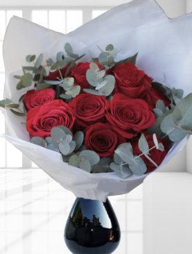 Buchet de 11 trandafiri rosii cu eucalipt