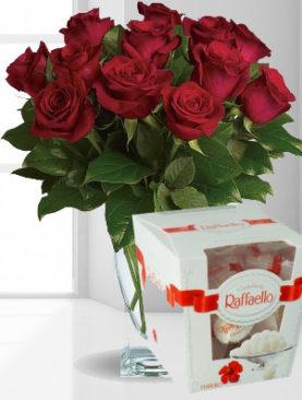 Buchet de 15 trandafiri rosii - Bomboane raffaello cadou