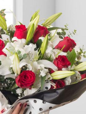 Buchet de flori cu crini albi