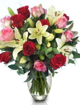 Buchet de trandafiri cu crini albi